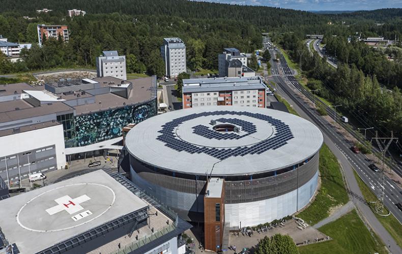 Rund bygning med solceller, Kuopio universitetshospital i Finland