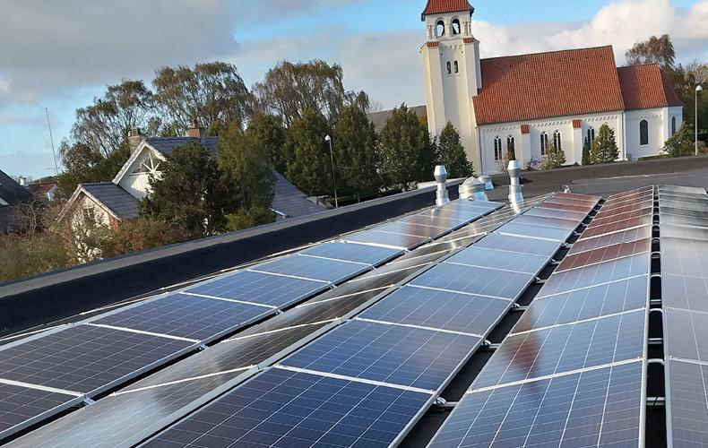Solceller på taget af Rema 1000 butik i Nr. Bjert ved Kolding