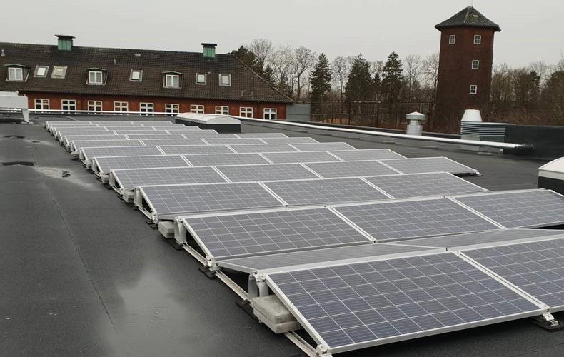 Række af solceller på taget af MENY forretning i Fredericia
