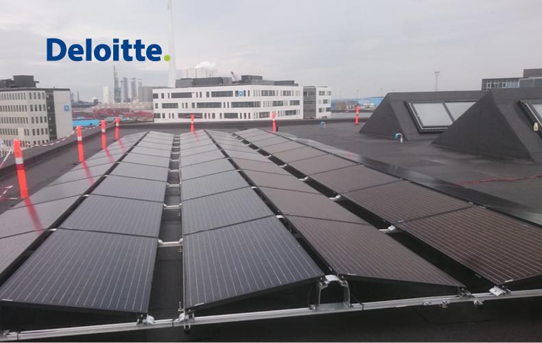 Solceller i rækker på taget af Deloitte Esbjergs bygning